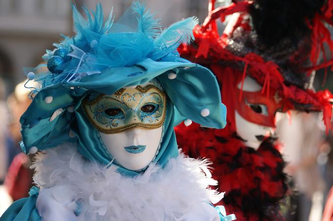 10. Bleu et rouge - Carnaval d'Annecy 2014 © 123 Savoie