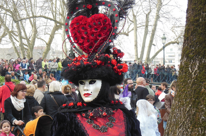 4. Un cœur gros comme ça ! - Carnaval d'Annecy 2014 © 123 Savoie