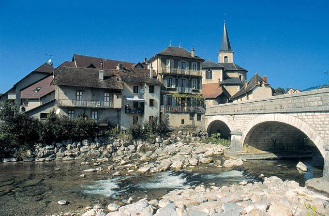 Bourg des Echelles et rivière Guiers © Jean Dufresne