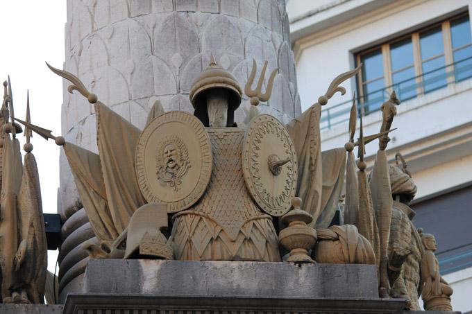 Fontaine des Eléphants, trophées vus depuis la rue de Boigne