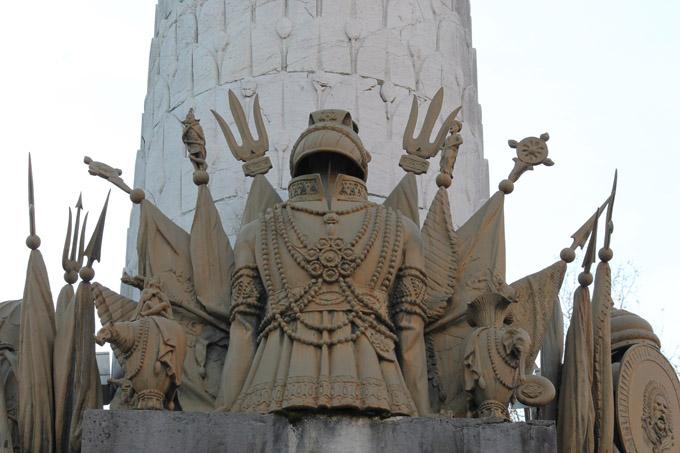 Fontaine des Eléphants, trophées vus depuis le Théatre