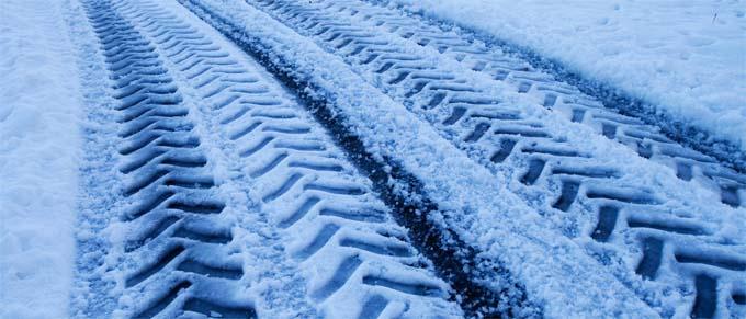 Trace de pneux dans la neige