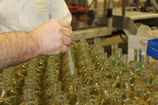 Distillerie des Alpes - Génépi mis en bouteille 1 - © Sergio Palumbo - 123 Savoie