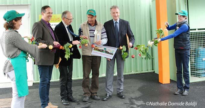 Un ruban de légumes pour inaugurer le Saveurs Campagnardes Drive, en présence notamment d'Hervé Gaymard, Lionel Mithieux, Luc Berthoud et Pascale Thomasson