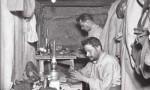 Soldats fabriquant des bijoux - ©ECPAD France Maurice Boulay