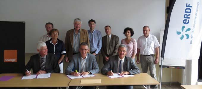 Jérôme Capron, Christophe Arnoux, Robert Clerc signant la convention de partenariat