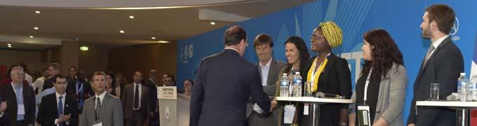 Poignée de main de François Hollande avec les jeunes en présence de Nicolat Hulot