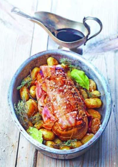Rôti de veau en cocotte au lard et aux pommes de terre grenailles