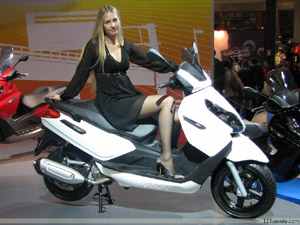 Salon de la moto milan h tesse photo 300x225 for Hotesse salon moto
