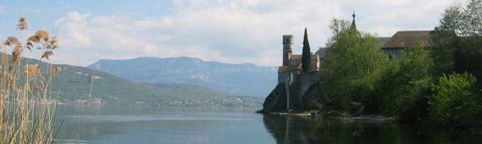 Abbaye d'Hautecombe au bord du lac du Bourget © 123 Savoie