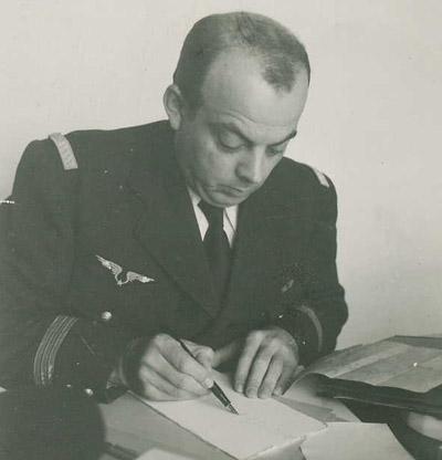 Antoine de Saint-Exupéry en uniforme écrivant