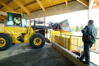 Chargement des camions d'intervention pour la viabilité hivernale