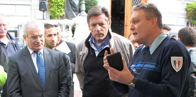 Présentation à Michel Dantin, Maire de Chambéry du PVe, à l'occasion de la Journée de la Sécurité Routière en octobre2014 - © Sergio Palumbo - 123 Savoie