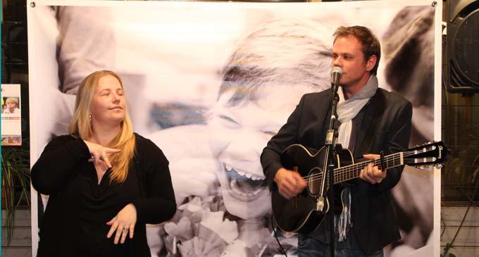 Florence Aubertin interprète en langue des signes, la chanson Simon Corps, chantée par Clément Dumon