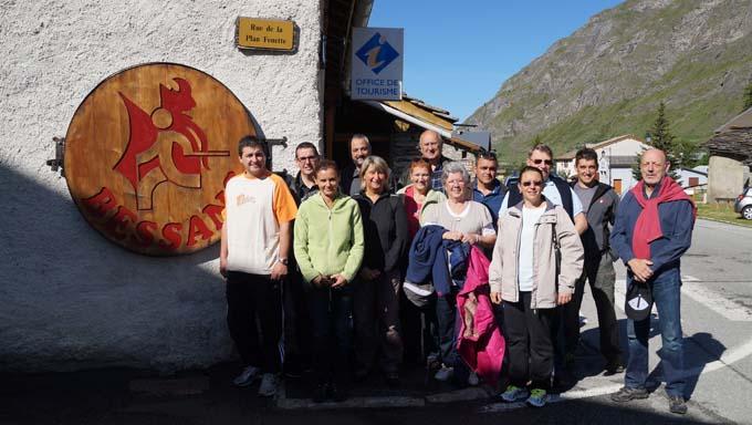 Des élus de Bessans avec la délégation de Bessan devant l'Office de tourisme
