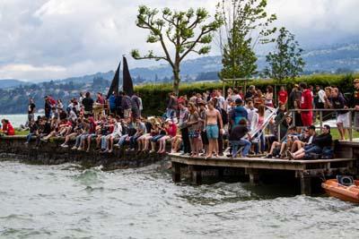 Derniers réglages sur les maquettes voiliers des IUT sur la plage du Bourget-du-Lac