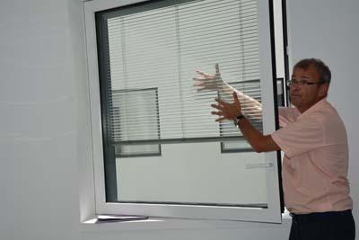 Philippe Dieudonné montre les fenêtres à triple vitrage