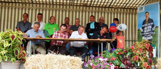 Signature de la convention sur le Livret Projet Agri, en présence de Jean-Yves Barnavon, Florent Belleville, Président des Jeunes Agriculteurs Haute-Savoie, Raphaël Nantois et de Claude Chambel, Vice-Président et Administrateur Délégué du Crédit Agricole des Savoie.
