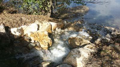 La cascade aménagée entre l'ouvrage et le lac de Vaugy - © ATMB