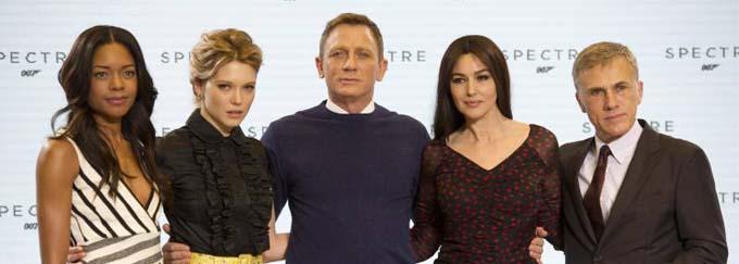 Naomie Harris, Léa Seydoux, Daniel Craig, Monica Bellucci et Christoph Waltz - Photocall avec les acteurs de la 24ème production du nouveau film de James Bond à Pinewood. Le 4 décembre 2014