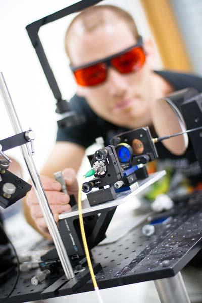 Recherche à l'Institut de Microélectronique, Electromagnétisme et Photonique - Laboratoire d'Hyperfréquences et de Caractérisation - © Yannick Perrin
